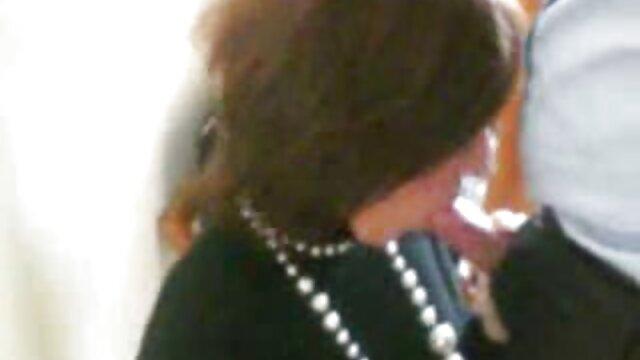 黑人妇女他妈的性别色情在酒店的走廊。 作弊性别的视频