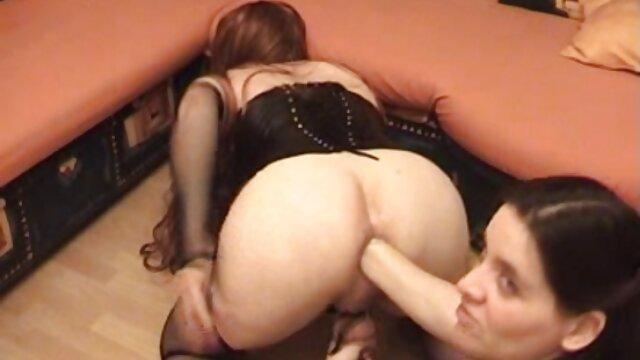 黑色的穆斯林女孩避孕套在床上 接吻色情