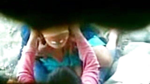 手淫是一个年轻的学生在摆动的不同位置 年轻的性别视频