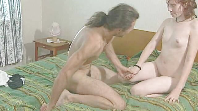 棕色的公羊黑人女孩长长的尾巴在床上 艾玛*沃特森性