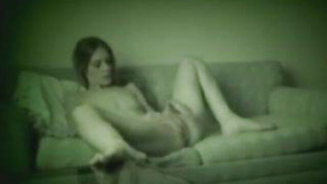 维拉是18岁-给了一个朋友在沙发上的几个位置。 仓鼠免费的色情片